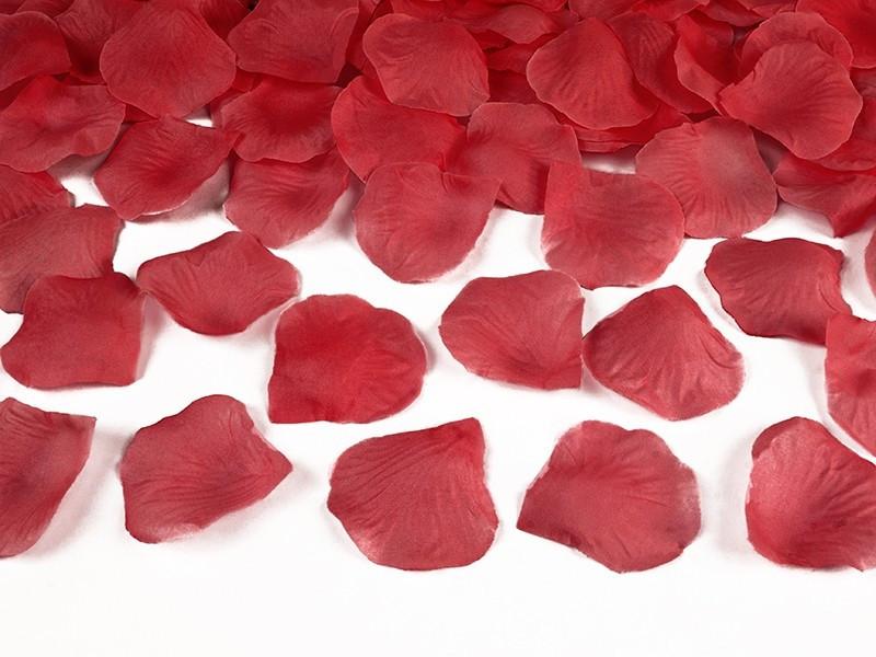 Czerwone płatki róż